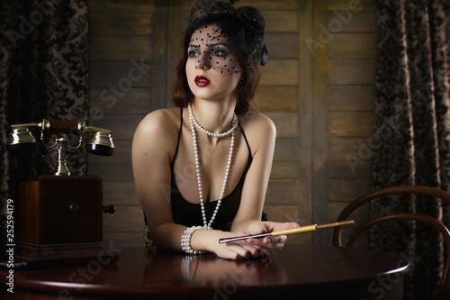 Piękna dziewczyna z lat trzydziestych pali