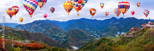 Poster Montgolfière / Dirigeable Colorful hot air balloon fly over mountain landscape of Taiwan 1