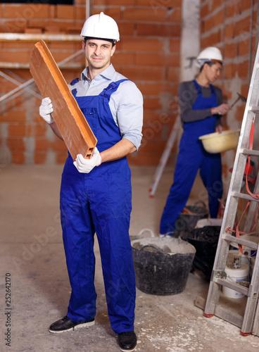 Portret dwóch pracowników pewni