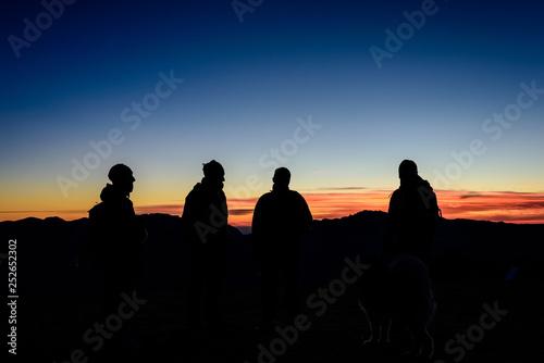 Photo Gruppo, quattro persone, osservano l'alba in montagna