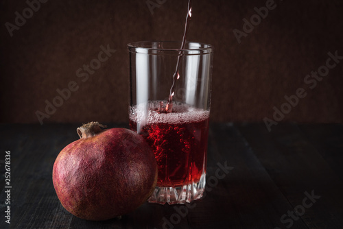 Fotografía  fresh pomegranate juice in a glass transparent glass