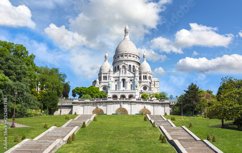 Photo  Basilica of Sacre Coeur (Sacred Heart) on Montmartre hill on a sunny day, Paris,