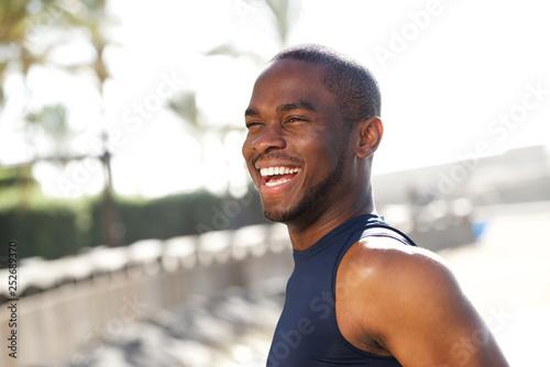 Fotografia  Close up happy young black man outdoors