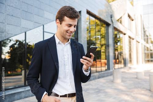 Przystojny młody biznesowy mężczyzna jest ubranym kostium