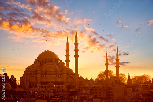 Fotografia Suleymaniye mosque at sunset in Istanbul, Turkey