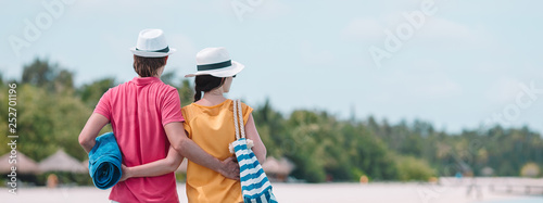 Fotografia  Young couple on beach jetty at tropical island in honeymoon