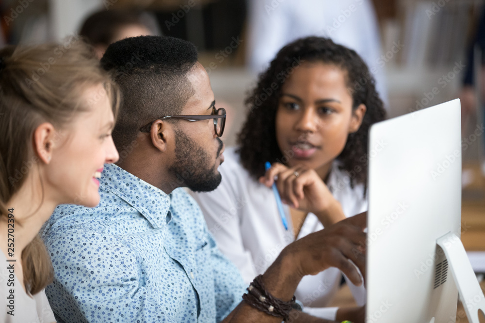 Fototapeta Black african male explains women interns corporate program