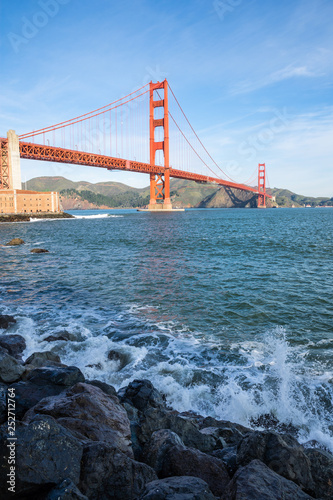 Foto auf Acrylglas Bestsellers Surf in front of Golden Gate Bridge worldwide known symbol of California