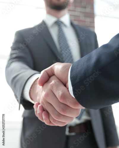 Fotografía  business leader shaking hands with partner.