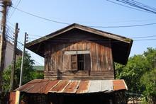 Cabane En Boiq Avec Auvent En Tole Ondulée