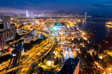 Terminal towarowy w Hong Kongu w nocy