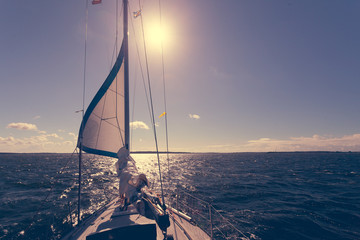 Jachting na żaglówce podczas słonecznej pogody