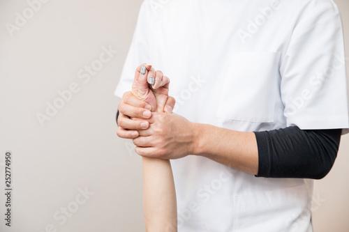 Fotografía  整体を受ける女性(腕)