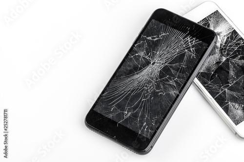 Fotografia Mobile phone with broken screen