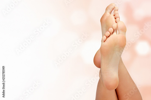 Autocollant pour porte Pedicure Female feet against an abstract background with circles and copyspace