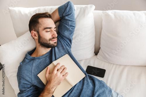 Fotografía  Attractive young man relaxing