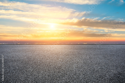 Foto auf AluDibond Melone Empty asphalt ground and city skyline with beautiful clouds at sunset