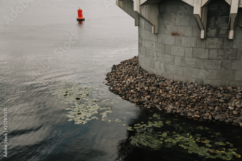 Foto  Sea round fortress stands in water