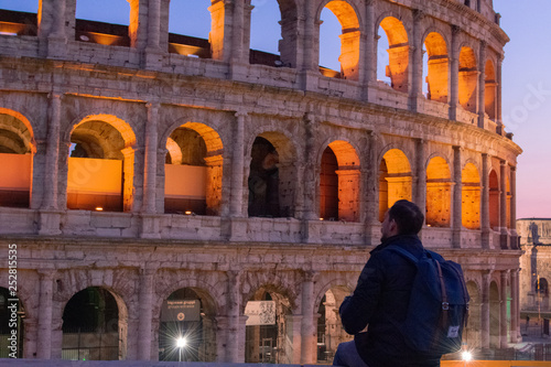 Foto  Rome/Italy 21 february 2019 :man standing in front of colosseo in Rome he admire