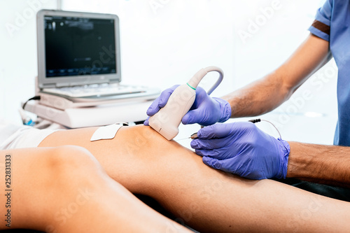 Fotografía Physiotherapist giving knee therapy to a woman