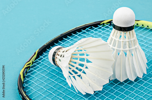 Photo Close up shuttlecock and badminton racket.