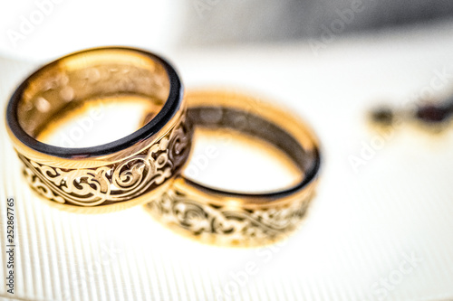 Fotografía  Wedding gold rings on white ribbon