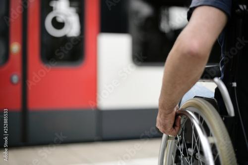 Obraz Person im Rollstuhl Rollstuhlzugang Mobilität barrierefrei behindertengerecht Barrierefreiheit - fototapety do salonu