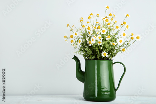 Photo sur Aluminium Marguerites Bouquet of chamomile flowers in jug on grey background