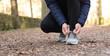 mani di uomo allacciarsi le scarpe da corsa prima dell'allenamento