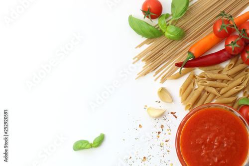 Fotografie, Obraz  pasta secca integrale ed ingredienti per cucinarla, salsa fresca di pomodoro, ag
