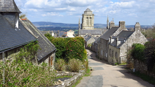 Village de Locronan, ruelle et vue sur le clocher de l'église Saint-Ronan (Franc Canvas Print