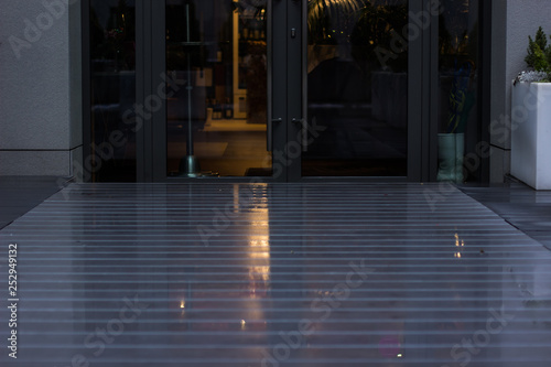 Photo  soft focus perspective wet parquet background photography before entrance to sho