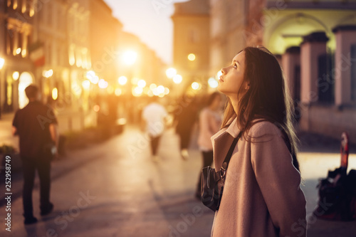 fototapeta na lodówkę Beautiful girl in the evening on the street