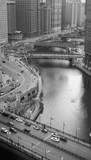 przez miasto przepływa rzeka - 252972375