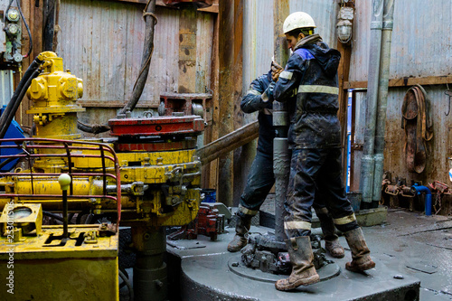 Fotografia  Offshore oil rig worker prepare tool and equipment for perforation oil and gas well at wellhead platform