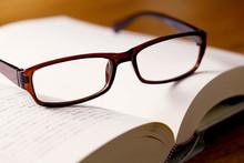 本の上の老眼鏡