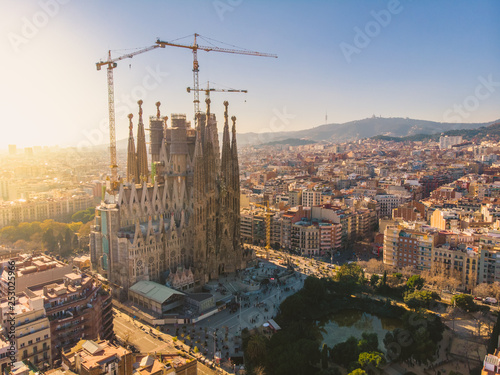 Foto auf Leinwand Barcelona BARCELONA, SPAIN - 2019: Sagrada Familia cathedral aerial panoramic view.