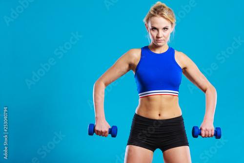 Fotografia  Fit woman lifting dumbbells weights