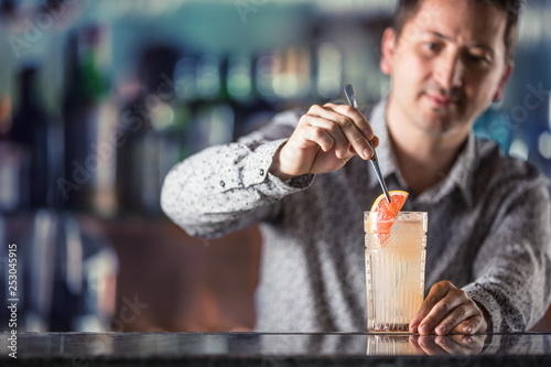 Fotomural  Professional barman making  alcoholic cocktail drink paloma