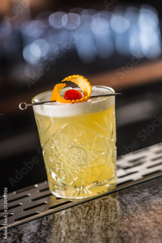 Fotografia Cocktail drink whiskey sour at barcounter in night club or restaurant