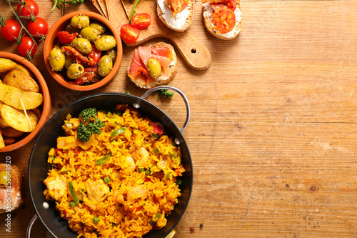 Foto  differents sort of spanish food. paella, tapas, potato,mussel