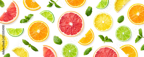 Photographie Colorful pattern of citrus fruit slices and mint leaves