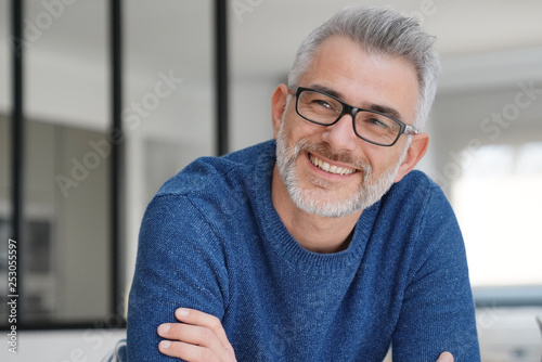 Portrait of smiling man with grey hair and glasses Poster Mural XXL