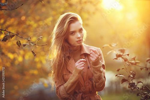 Stampa su Tela  Young female model in autumn park