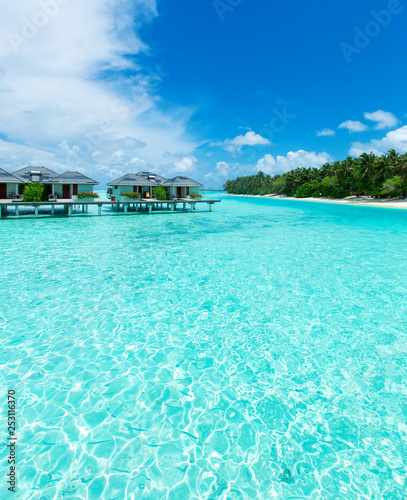 Foto auf AluDibond Turkis Maldives island with white sandy beach and sea