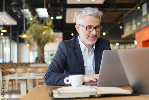 Foto Smiling businessman in informal meeting