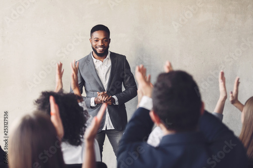 Fotografía  Audience clapping hands to speaker after business seminar