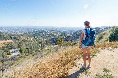 Photo Young woman is looking at the city of Los Angeles, California, USA from Griffith Park