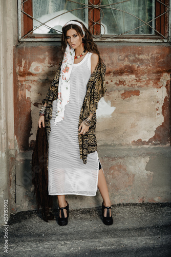 Montage in der Fensternische Gypsy feminine fashion model