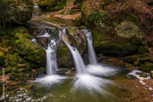 Schiessentümpel to mały i malowniczy wodospad nad rzeką Black Ernz. Mullerthal - Mała Szwajcaria Luksemburga.